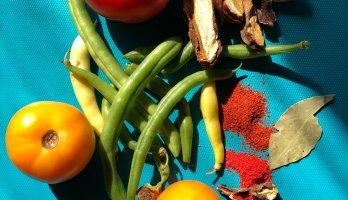 furtas e legumes sobre a mesa