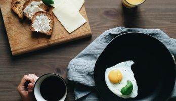 prato com ovos e torradas