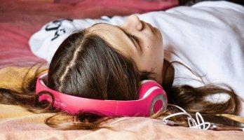 mulher ouvido musica