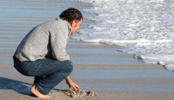 homem na praia cuidando da saúde masculina