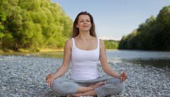 mulher em posição de yoga