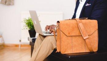 homem sentado trabalhando