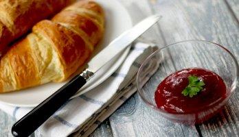 mesa de café da manhã com pão e geléia