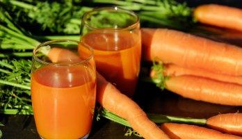 copo com suco de cenoura rica em vitamina a