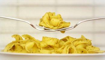prato de macarrão com dois garfos