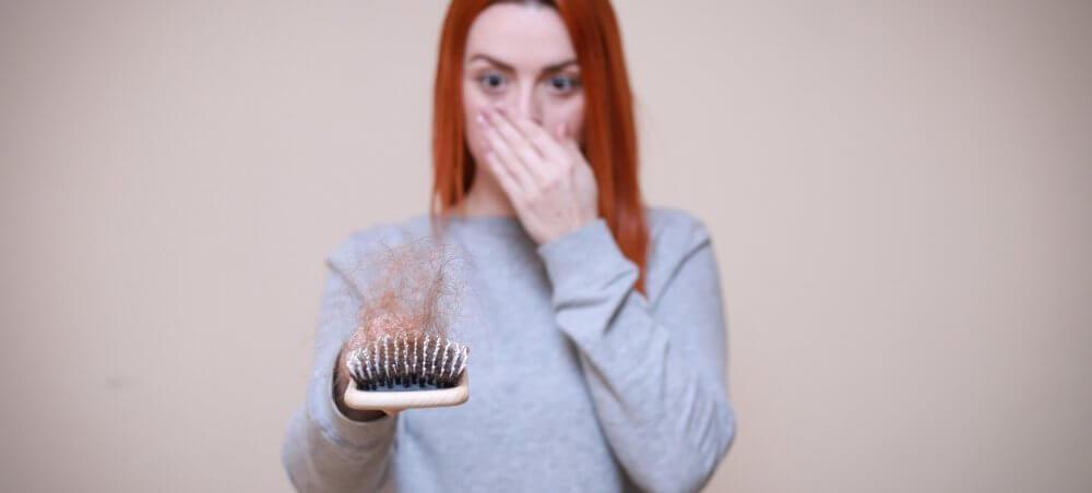 Conheça as causas para queda de cabelo feminino
