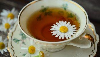 xícara com chá de camomila para combater a insônia