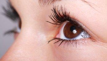 close olho com brilho e visão saudável