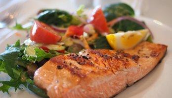 salada com salmão para detox corporal
