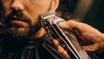 homem cuidando da barba